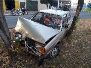 Motorista bate em árvore e abandona carro com chave no contato