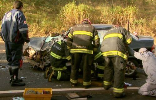 Para retirar motorista do carro, bombeiros precisaram arrancar o teto do carro - Foto: Reprodução EPTV