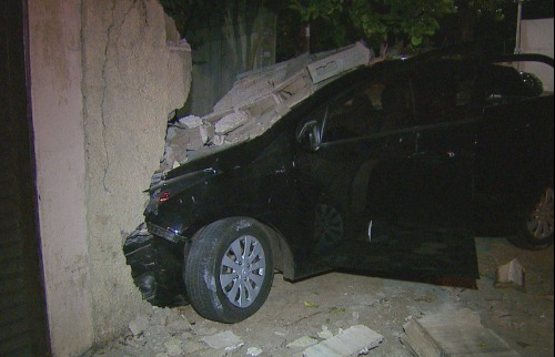 Motorista bateu em muro de casa durante fuga - Foto: Reprodução EPTV