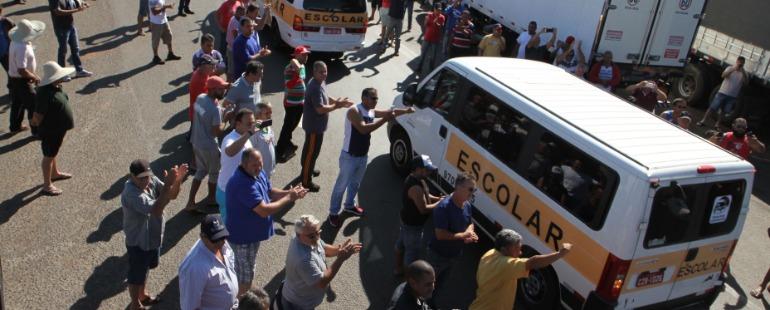 Motoristas de vans escolares levaram mantimentos aos caminhoneiros (Tom Oliveira/ACidadeON) - Foto: Tom Oliveira