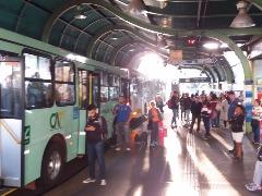 Movimentação no terminal de integração na manhã desta sexta-feira (28); ônibus seguem normalmente - Foto: Da reportagem