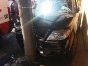Mulher fica ferida ao sair de posto de combustíveis e colidir em poste