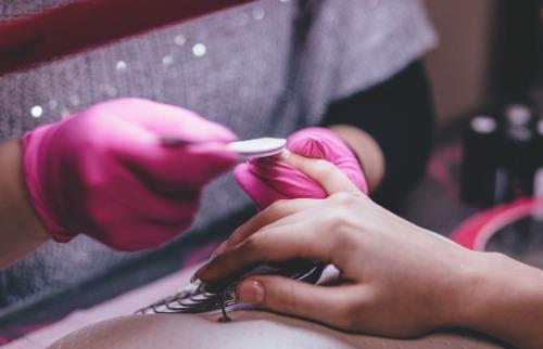 Reprodução / Pixabay - Mulher fazendo as unhas