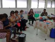 Voluntárias confeccionam gorrinhos para bebês recém-nascidos