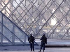Ataque foi em frente ao museu do Louvre na manhã desta sexta-feira (3) - Foto: Thibault Camus / Associated Press / Estadão Conteúdo