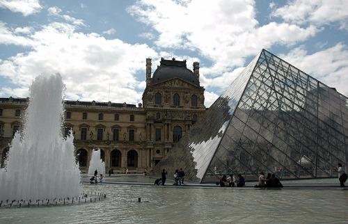 Atentado ocorreu perto da pirâmide de vidro do Museu do Louvre - Foto: P.H. Schneider / A Cidade