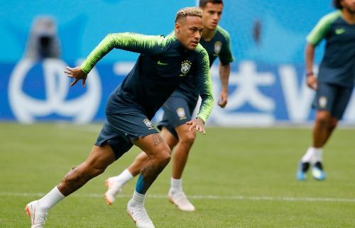 Apesar da reclamação de dor Neymar entrará em campo contra a Costa Rica (Fotos: Dmitri  Lovetsky / Associated Press / Estadão Conteúdo) - Foto: Outros