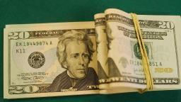 Dólar cai e fecha no menor nível em quase um mês