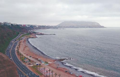 O Oceano Pacífico fica separado da cidade de Lima por um paredão rochoso que dá um charme a mais à cidade. A vista é deslumbrante (foto: Marcelo Fontes / A Cidade) - Foto: Marcelo Fontes