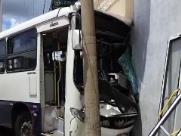Acidente entre ônibus e caminhão deixa 11 feridos em Franca