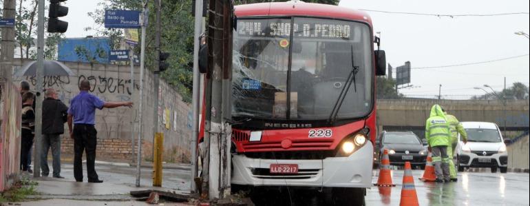 Ônibus bate contra um poste na Avenida Barão de Itapura, em Campinas, em agosto de 2017. (Foto: Denny Cesare/Codigo19) - Foto: Denny Cesare/Codigo19