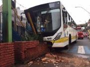 Ônibus bate em mureta no Terminal de Integração e deixa 15 feridos