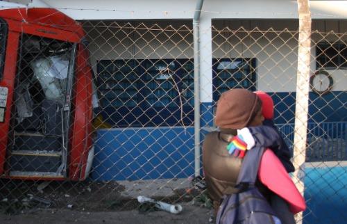 Ônibus destruiu parte do prédio da creche que não funcionará nesta terça-feira. Foto: Luciano Claudino/Código 19 - Foto: Luciano Claudino/Código 19