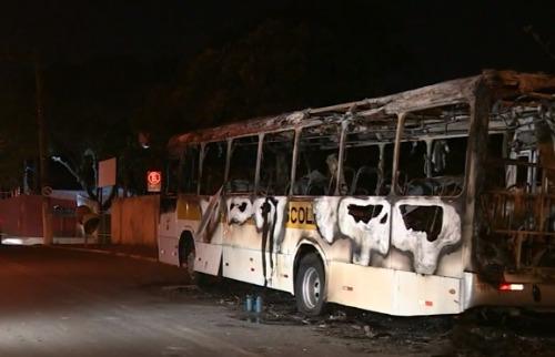 Reprodução EPTV - Ônibus ficou destruído após incêndio. Foto: Reprodução de tv