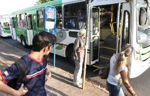 Matheus Urenha / A Cidade - Usuários do transporte públicoaguardam ônibus em ponto da cidade: violência e insegurança podem ser combatidos com novos hábitos