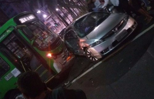 Ônibus que bateu em veículo é da linha 3.66. - Foto: EPTV