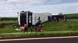 Ônibus tomba e interdita parte da rodovia Anhanguera