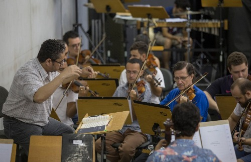 Weber Sian / A Cidade - O maestro Reginaldo Nascimento rege músicos para o concerto deste sábado