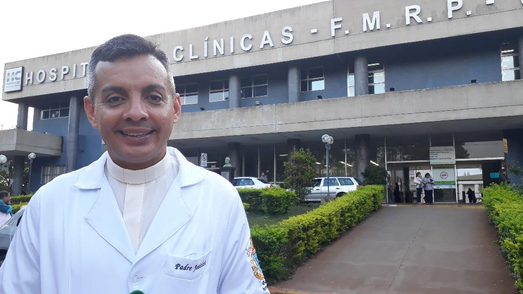 Padre Jô, capelão no Hospital das Clínicas de Ribeirão (Foto: História do Dia) Obs.: foto feita antes da pandemia - Foto: ACidade ON - Ribeirão Preto