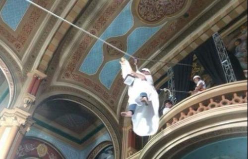 Reprodução Instagram - Padre tem 70 anos e entrou na igreja voando