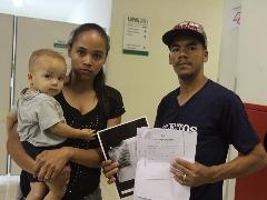 Pais e Isaac na porta do consultório, na UPA (Tom Oliveira/ACidadeON) - Foto: Tom Oliveira