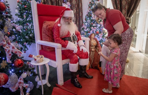 A pequena Maria Clara foi conhecer o Papai Noel no Palace Hotel (Foto: Weber Sian / A Cidade ON) - Foto: ACidade ON - Ribeirão Preto