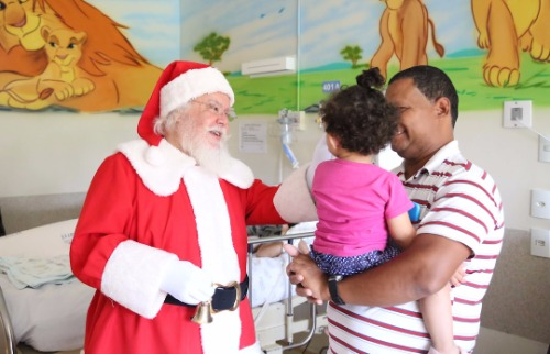 Papai Noel visitou crianças no Hospital Mário Gatti. Crédito: Denny Cesare/Código19 - Foto: Crédito: Denny Cesare/Código19