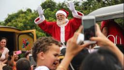 Papai Noel chega em shopping por transmissão em facebook