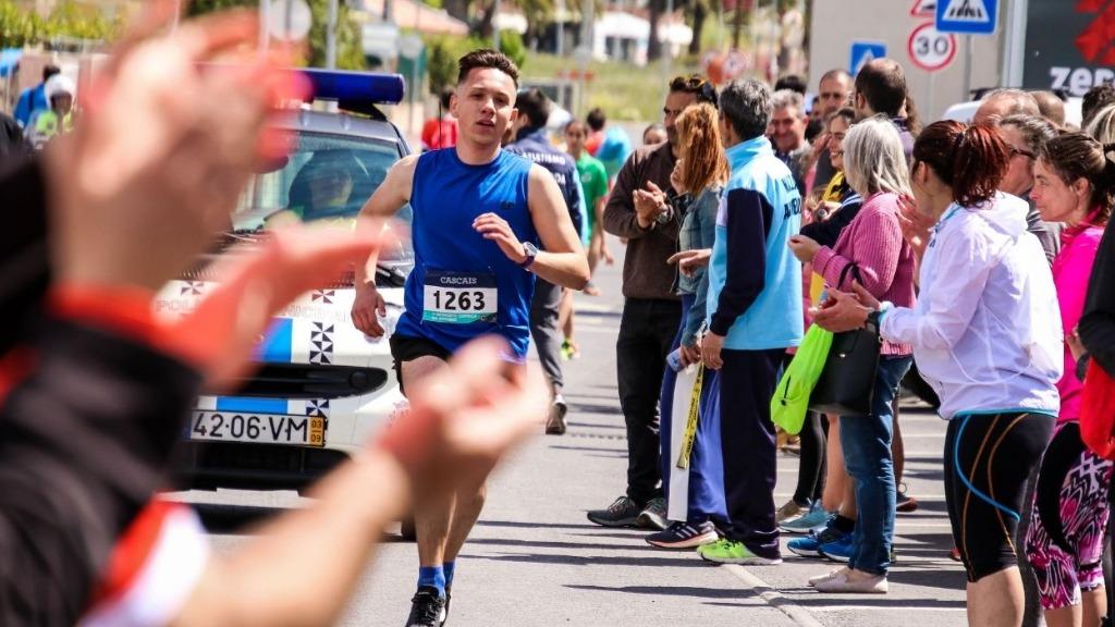 Jovens atletas: saiba qual a idade mínima para iniciar na corrida de rua. - Foto: Divulgção Canva