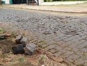 Paralelepípedos soltos e buracos nas vias do Centro geram reclamações