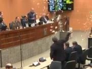 Vereadores brincam com papel picado em final de sessão