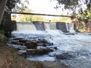 Homem morre afogado após saltar em cachoeira e bater a cabeça
