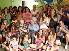 Parte da família reunida, com seu Frederico ao centro (Ely Venâncio (EPTV São Carlos) - Foto: EPTV
