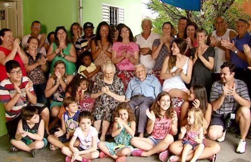 EPTV - Parte da família reunida, com seu Frederico ao centro (Ely Venâncio (EPTV São Carlos)
