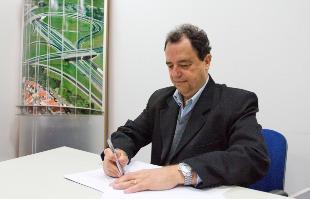 A Cidade - O presidente do Sincovarp, Paulo Cesar Garcia Lopes, assina o contrato no A Cidade