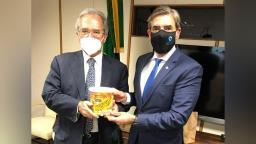 Em Brasília, Nogueira dá paçoquinha para Paulo Guedes