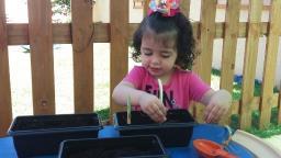 Pedagoga ensina atividades para entreter crianças na quarentena