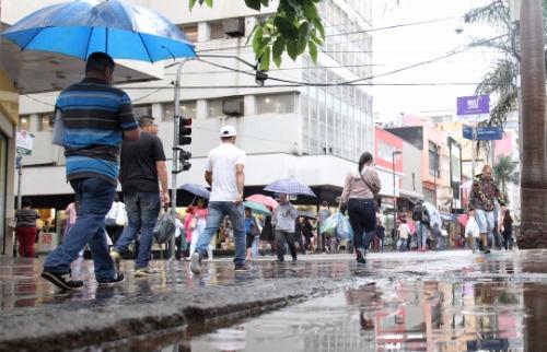 Foto: Código 19 - Pedestres enfrentam chuva na região central. Foto: Código 19