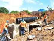 Prefeitura começa obras para conter enorme erosão no Jardim Indaiá