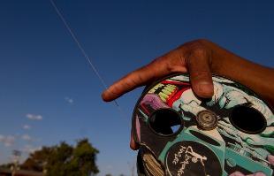 Matheus Urenha / A Cidade - MARCAS DA DESOBEDIÊNCIA  Adolescente mostra cicatrizes deixadas pelo cerol e linha chilena em suas mãos (foto: Matheus Urenha / A Cidade)