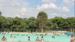 Clima quente: coronavírus pode ser transmitido pela água do mar ou piscina?