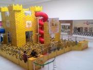 Piscina com mais de 300 mil bolinhas é atração em shopping de Araraquara