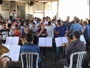 Banda da Polícia Militar agita Apae e Escola Dom Gastão em São Carlos