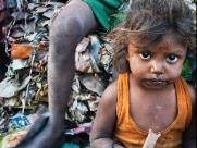 Garimpo da fome na periferia de SP tem peregrinação por doações e busca de comida no lixo