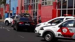 PM fecha a Rua 3 em Araraquara e aborda veículo com homens armados