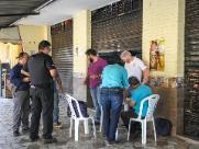 Sem alvará e vendendo produtos vencidos, bar é fechado no Mercadão