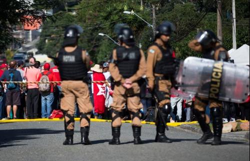 A Polícia Militar reforça a segurança do perímetro da superintendência da polícia federal na capital paranaense, após a prisão do ex-presidente Lula - Foto: Marcello Casal Jr/Agência Brasil