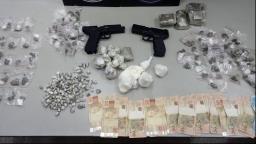 Homem é preso com simulacros de arma e drogas na zona Norte