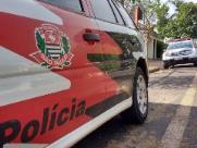 Estudante quebra vidro de escola, danifica viatura e cospe em policial