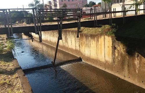 ACidade ON - São Carlos - Um dos troncos que sustentam a ponte se desprendeu e ficou suspenso sobre o córrego